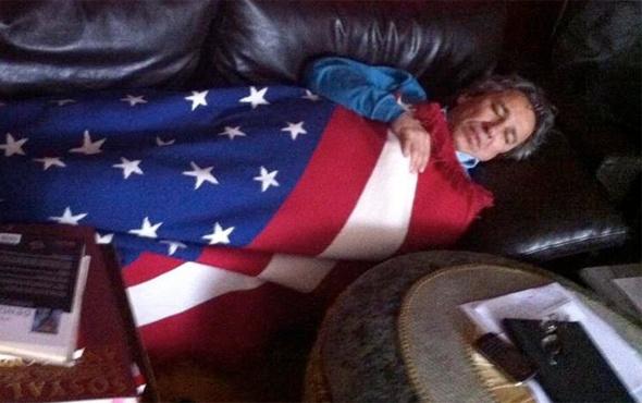 Amerikan bayrağına sarılan Can Dündar'dan açıklama