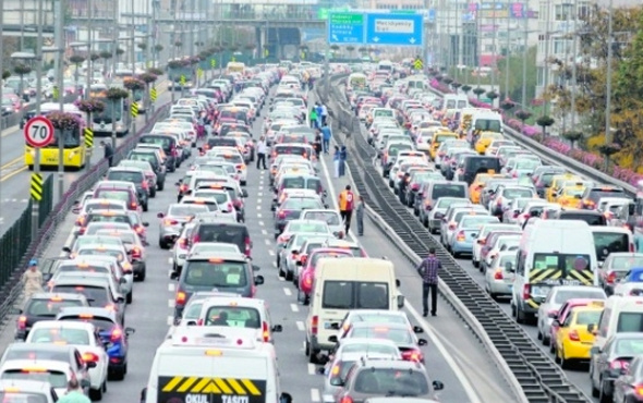 İstanbul'da trafik kilitlendi! Araçlar ters yönde gitmeye başladı