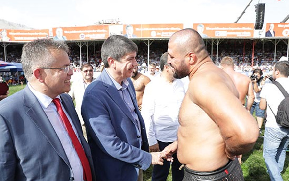 Türel Antalyalı pehlivanları kutladı