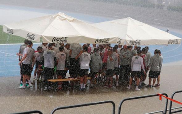 Beşiktaş'ın idmanına yine yağmur engeli