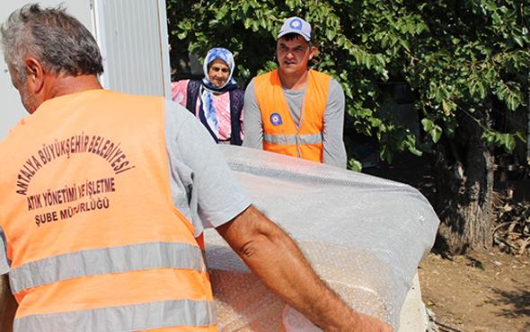 Finike'de 4 aileye Büyükşehir'den eşya yardımı
