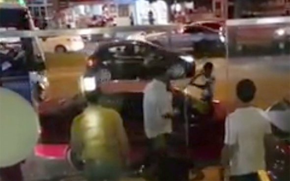Trafik polisi ceza yazınca araç sahibi sinirden aracını parçaladı