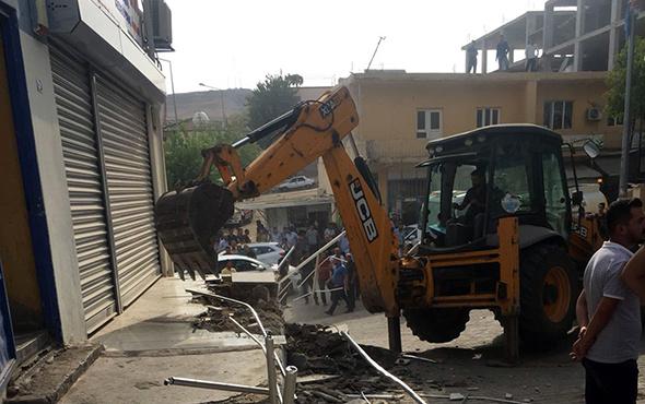 Elektrikleri kesilen belediye, Dicle Elektrik hizmet binasını yıktı!