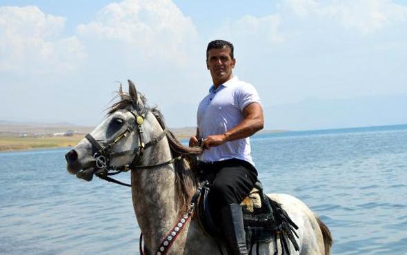 Doğasever vatandaş atıyla Van Gölü'ne girdi ve...