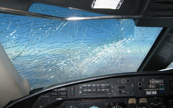 Havada panik uçağın kokpit camı havadayken çatladı