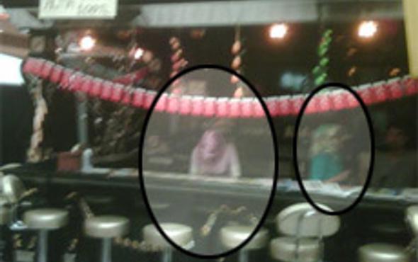 İşte barda çalışanbaşörtülü kızlar