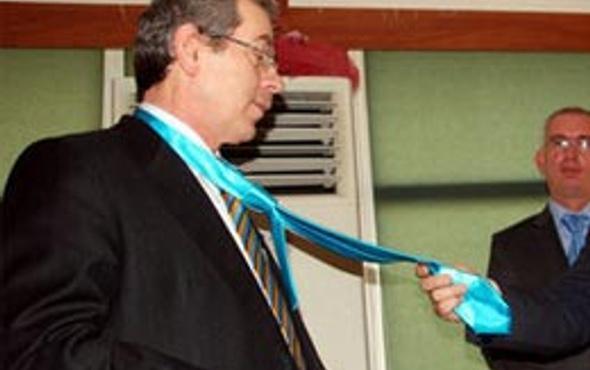 TP lideri Şener'e kravat şov