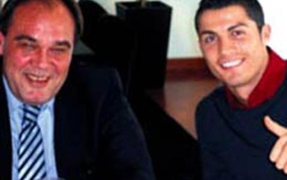 Demirören Ronaldo'ya imzalatıyor