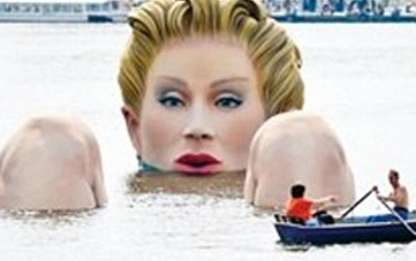 Dev deniz kızı herkesin ilgi odağı oldu