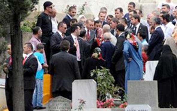 Erdoğan babasının kabrini ziyaret etti