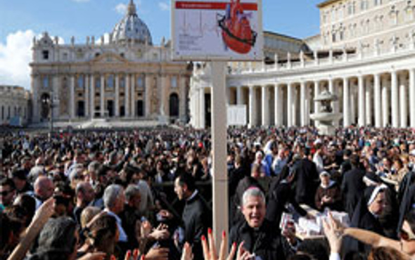 Papa'nın tesbihleri kapışıldı