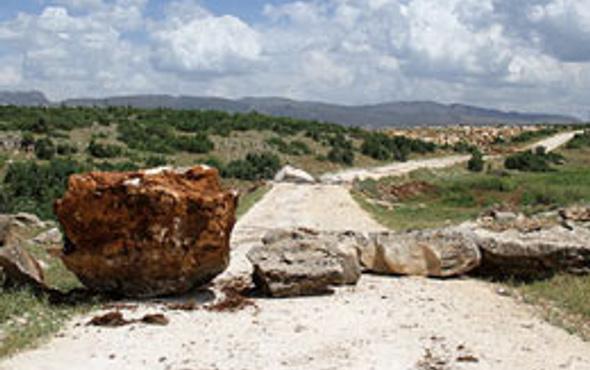 PKK yanlıları köy yollarını kapatıyor!