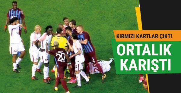 Trabzonspor-Galatasaray maçında saha karıştı