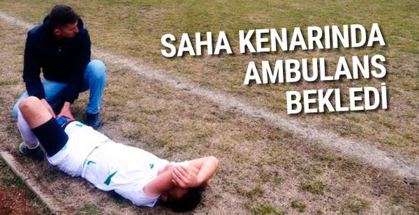 Sakatlanan futbolcu saha kenarında ambulans bekledi