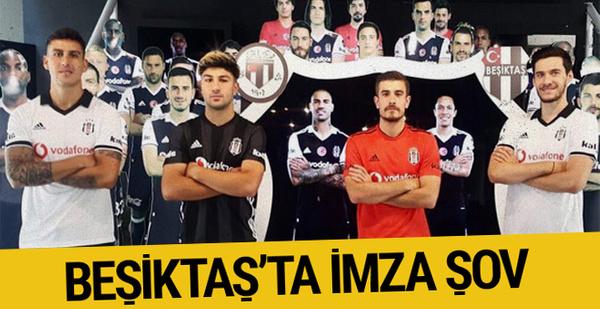Beşiktaş'ta yeni transfer için toplu imza töreni yapıldı