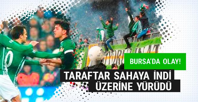 Bursa'da olay! Sahaya atladı Volkan'ın üzerine yürüdü