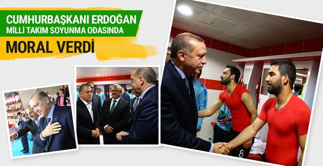 Cumhurbaşkanı Erdoğan Milli Takım soyunma odasında