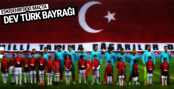 Milli maçta dev Türk bayrağı
