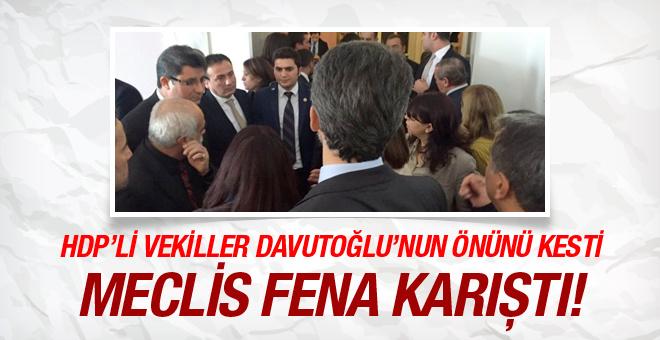 HDP li vekiller Davutoğlu nun önünü kesti Meclis karıştı!
