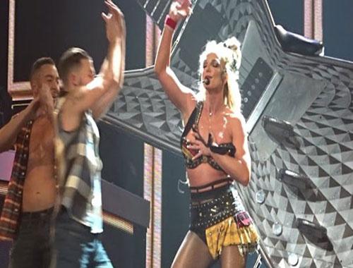 Britney Spears'ı yakan kıyafet sahnede açıldı