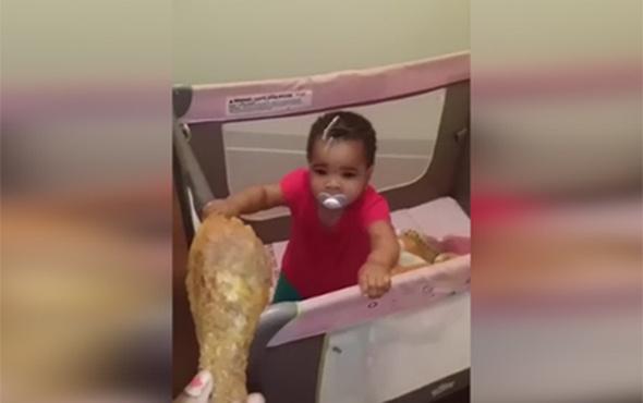 Yemek için stratejik düşünen bebek