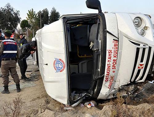 Futbolcu minibüsü kaza yaptı! 8 yaralı...
