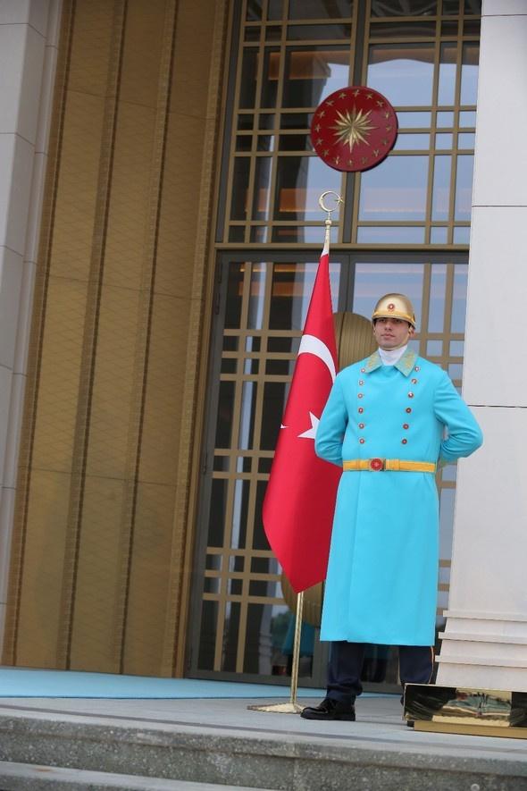 Cumhurbaşkanlığı nöbetçi polislerinin yeni kıyafetlerine bakın!