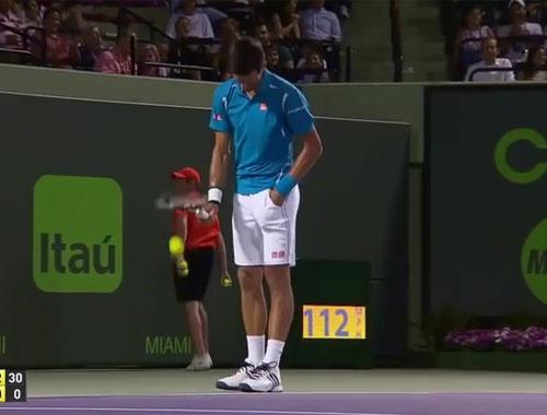 Cebiyle tenis topu yakalayan Djokovic