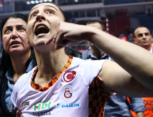 Galatasaraylı voleybolcu, taraftarların küfrü sonrası gözyaşlarını tutamadı