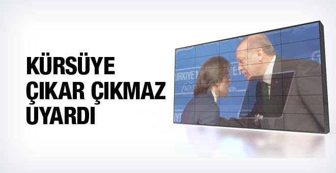 Ayakta bekleyen Erdoğan'dan sunucuya uyarı