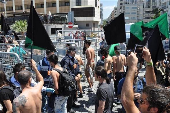 Kadınlar ve erkekler bir anda soyununca...Polis şaştı kaldı