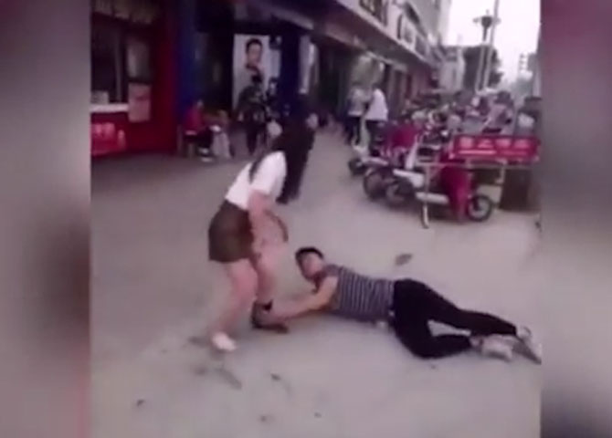 Mini etekli kızın bacağıına sarılıp... Sokak ortasında olana bakın
