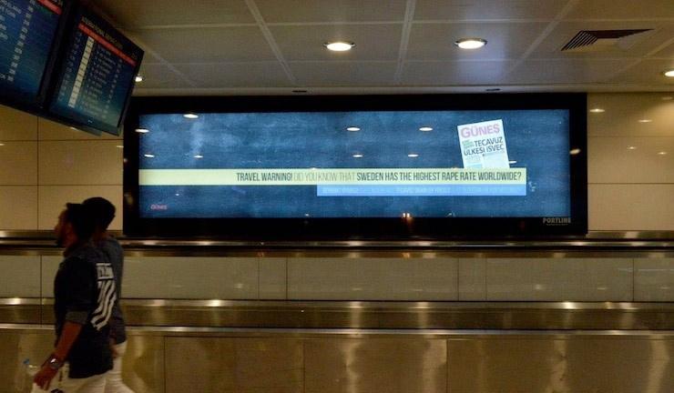 Atatürk Havalimanı'ndaki ilana bakan bir daha bakıyor