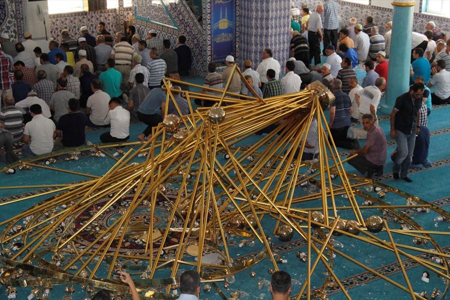 Cuma namazında cemaatin üzerine avize düştü yaralılar var