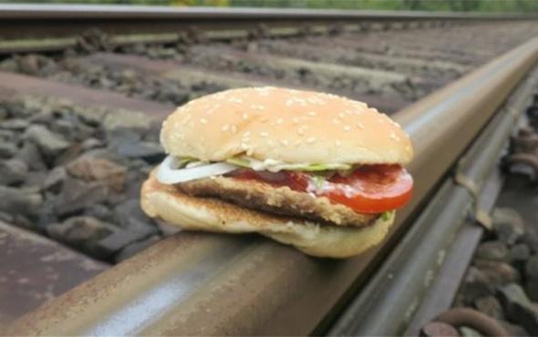 Hamburgerinin tren rayları ile imtihanı