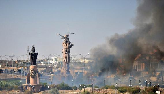 Bir devrin sonu! Kerkük'teki peşmerge heykeli ateşe verildi