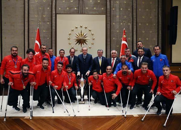 Cumhurbaşkanı Erdoğan milli takımları kabul etti!