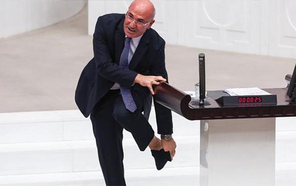 CHP'li Mahmut Tanal, Meclis'te çorabını çıkardı!