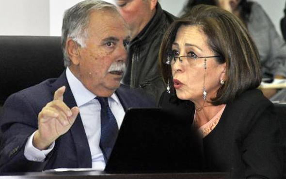 CHP'li başkanın iğrençliğine bakın! Herkesin önünde kadın üyeye...
