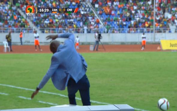 Zambia teknik direktörü üzerine gelen topu sektirmek istedi ama…