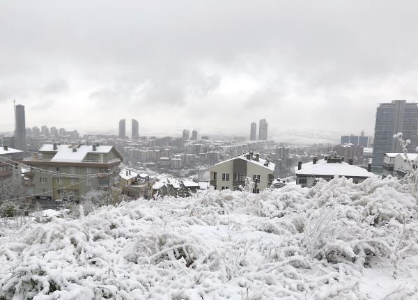 Kar fena bastırdı araçlar yolda kaldı! Beyaz örtü ilerliyor