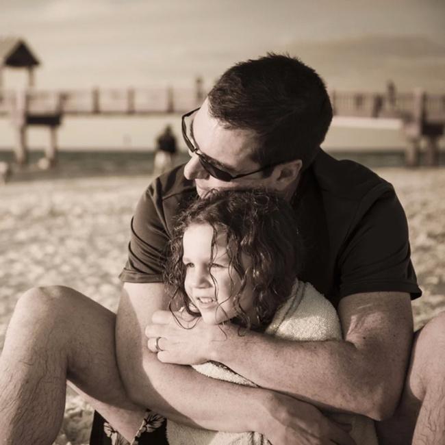 Kızını kanepede bir erkekle uyurken buldu bakın baba ne yaptı