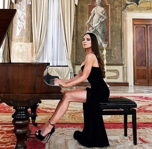 Mahrem pozlarıyla sosyal medyayı sallayan piyanist!