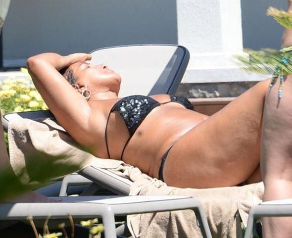 Tatili bitmedi bir de bikinisinin altını giymeden plaja çıkınca...