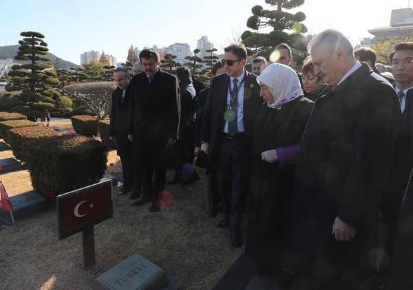 Başbakan Yıldırım Kore'deki Türk şehitliğinde! Gözleri doldu..