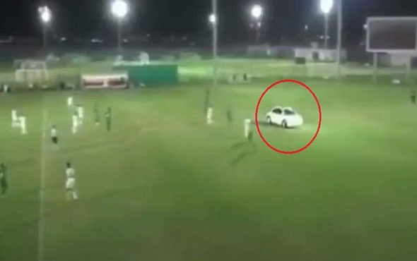 Birleşik Arap Emirlikleri'nde futbol sahasına arabayla girdi!