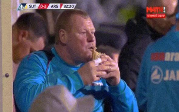 Arsenal maçında karnını doyuran kaleci maça damga vurdu