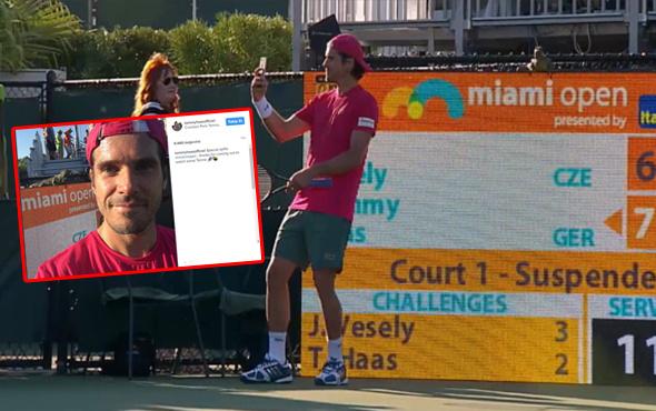 Tenis kortuna giren iguanayla selfie çekti