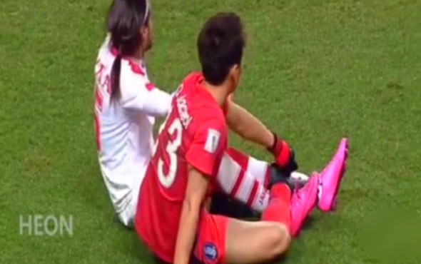 Bağcıkları birbirine dolaşan futbolcular güldürdü