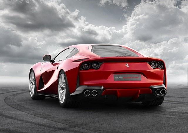 Ferrari 812 Superfast özelliklerine bakın fiyatı fena